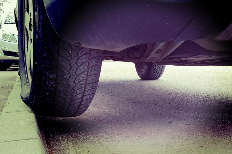 Conoce las averías que puede padecer tu automóvil por subir a un bordillo